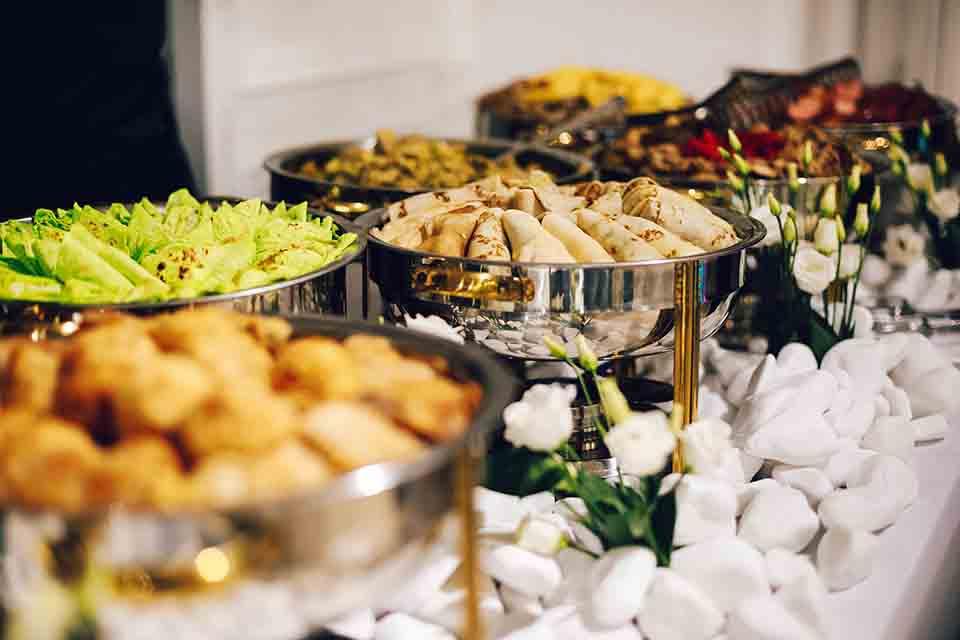 6 Möglichkeiten, beim Hochzeitscatering Geld zu sparen